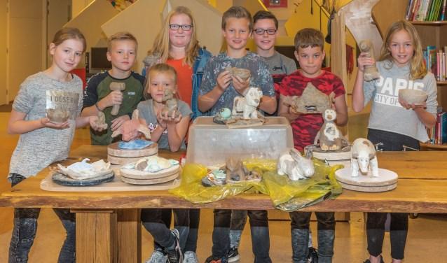 Samen met Truus Oosterhuis hadden de kinderen een eigen gekozen dier gemaakt door middel van het boetseren van klei. Foto: PR.