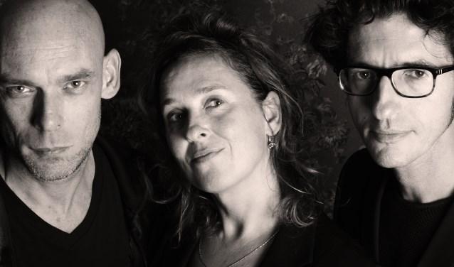 Lucy Legeland, met Dries Bijlsma (l) en Reinder van Raalte. Foto: Heide Arts