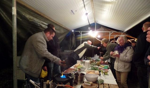 Drie kookclubs van HCR In de Groene Jager hadden flink hun best gedaan en serveerden zalm-, wild- en kip gerechten. Foto: Jan Hendriksen.