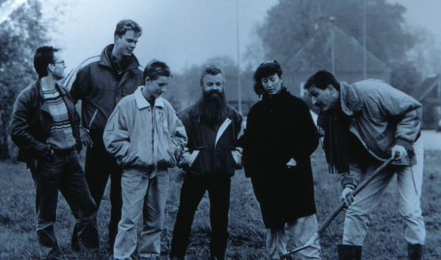 De net opgerichte Archeologische Werkgroep Lichtenvoorde staat te popelen om de grond in te gaan. Opgraving Richtershagen 1990. V.l.n.r. Carel Elferink, Godfried Nijs, Robin Kamperman, John Toebes, Resy Oonk en Kristiaan Tent. Foto: PR