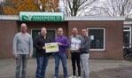 Marcel Freriks krijgt de cheque van Wytze Kaastra, Niels van Langen. Henk van Rhijn en Martijn Melten. Foto: Frank Vinkenvleugel