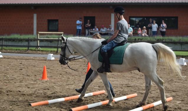 De kledinginzameling voor de SPG zorgt ervoor dat de doelgroep kan paardrijden. Foto: PR