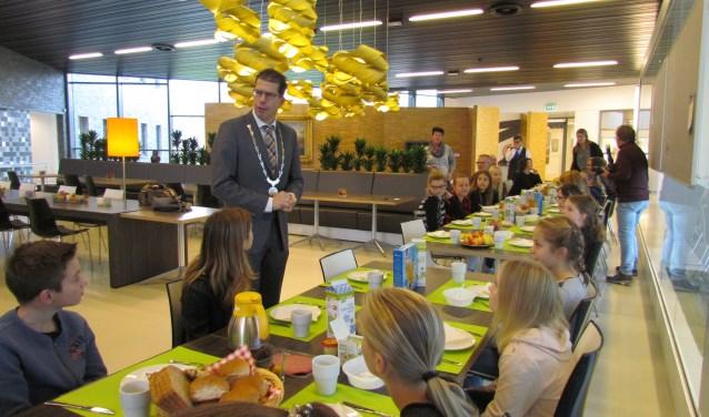 Burgemeester Van Oostrum ontvangt de kinderen voor het ontbijt op het gemeentehuis. Foto: Rob Stevens