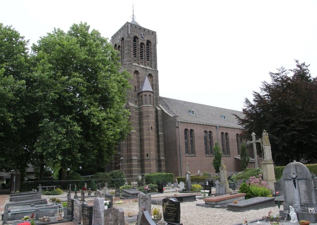 De kerk en kerkhof in Azewijn. Foto: PR