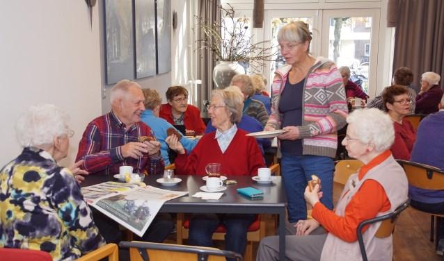Koffie, thee, een praatje of een spelletje: het kan allemaal in het Inloophuis. Foto: Frank Vinkenvleugel