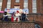 Sint Nicolaas, gelukkig weer met de juiste staf op het bordes van het oude raadhuis. Foto: Alex  en Janneke van der Galiën / Winterswijk.org