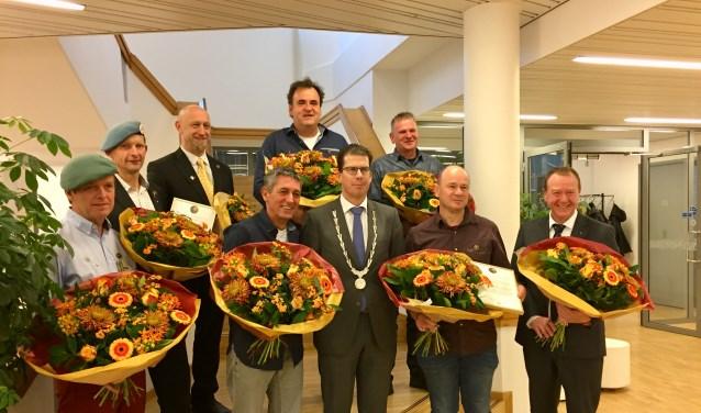 Trotsgaan de VN-veteranen op de foto met Burgemeester van Oostrum. Foto: Peter Vorderman
