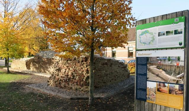 De gerestaureerde restanten van de voormalige Beltrummerpoort. Foto: Theo Huijskes
