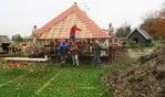 Het dak van het nieuwe hertenverblijf in het dierenpark De Halve Maan wordt voorzien van pannen. Foto: Theo Huijskes