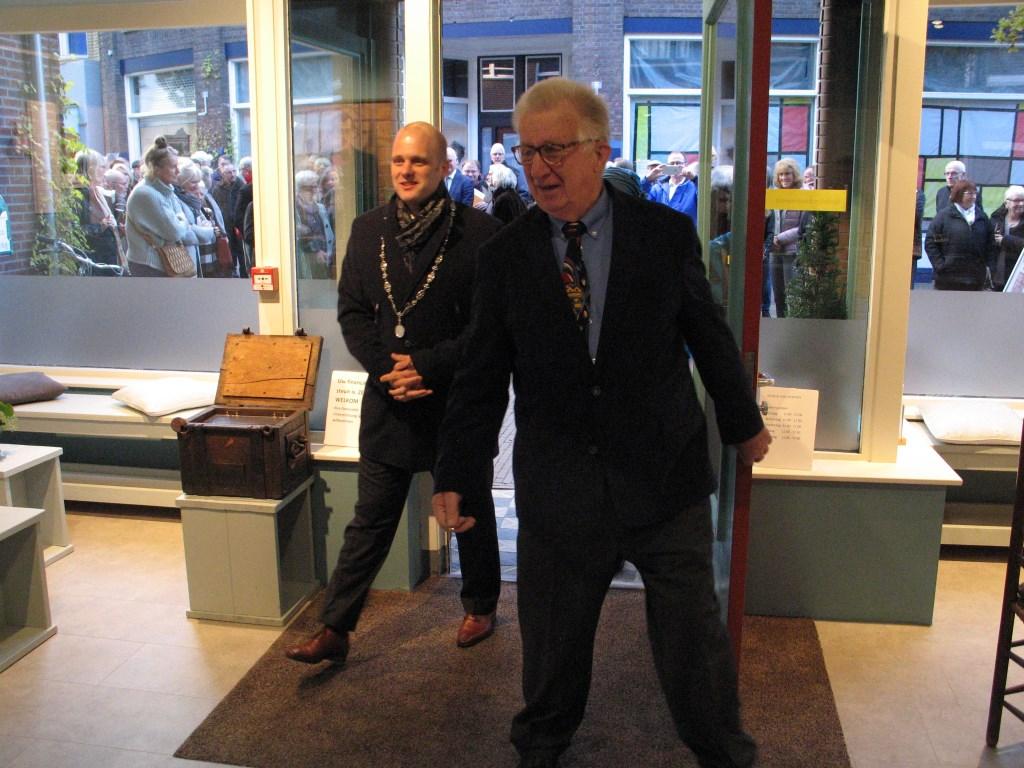 Joop Bilderbeek en burgemeester Bengevoord hebben zojuist de deur van het museum geopend. Foto: Bernhard Harfsterkamp  © Achterhoek Nieuws b.v.