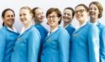 Frank Abagnale Junior geeft zich in Catch me if you can onder meer uit als piloot. Petra Eekelder (midden) speelt een van de stewardessen in de musical. Foto: Sanne Wevers