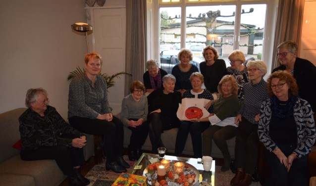 Op 27 november ontvingen de vrijwilligers van het Alzheimer Café Zutphen de Rode Taart uit handen van kandidaat-raadslid Suzanne de Geus. Foto: PR