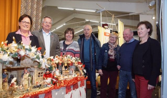 Een deel van de organisatoren met enkele kerststallen. Foto: Frank Vinkenvleugel