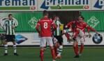 Max Jansen in duel met Joran Pot van SC Genemuiden, terwijl Brian Hogeweide (8) toekijkt.