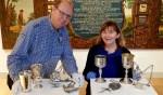 Conservatoren Christiaan te Strake en Lian Jeurissen bij het gestolen zilver dat na 4 jaar weer terug is in het Stedelijk Museum Zutphen. Foto: PR