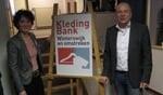 Femke Koster van de Kledingbank en wethouder Aalderink hebben de nieuwe locatie geopend. Foto: Bernhard Harfsterkamp