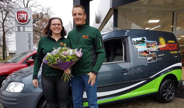Foto: Steffen te Dorsthorst en Ester Lammers bij hun nieuwe bedrijfswagen, helemaal in de frisse Goorzicht-look
