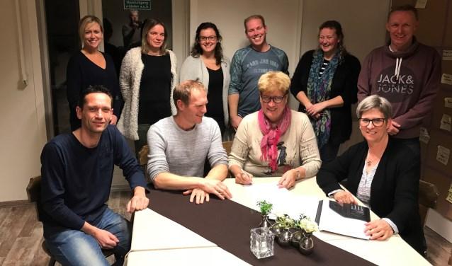 De nieuwe beheerder Ali ten Bokkel geflankeerd door het bestuur van 't Romienendal. Foto: PR