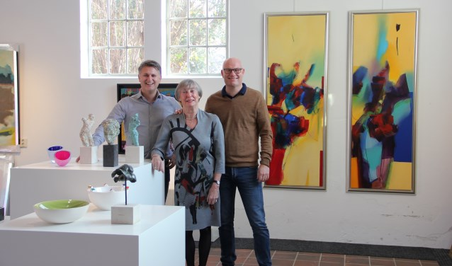 Mike (l.) en Rick Hulshof en Mieke van Kordelaar in de Kunstuitleen. Foto: PR