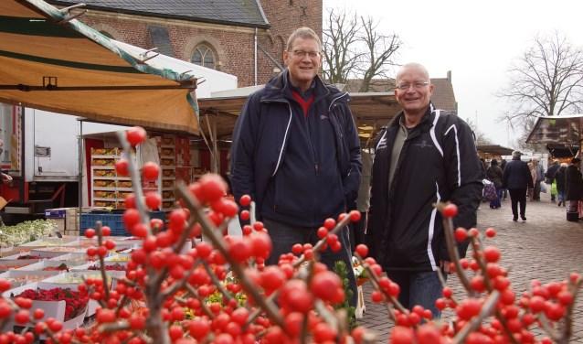 Albert Pomper en marktmeester Henk Jan Freriks gaan met de marktondernemers voor de nominatie 'Beste kleine markt'. Foto: Frank Vinkenvleugel