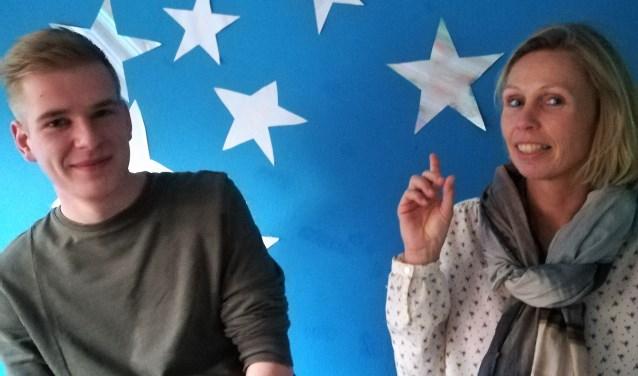 Monique Wieskamp met haar collega Nico Evers, voor hun sterrenmuur. Foto: Eva Schipper