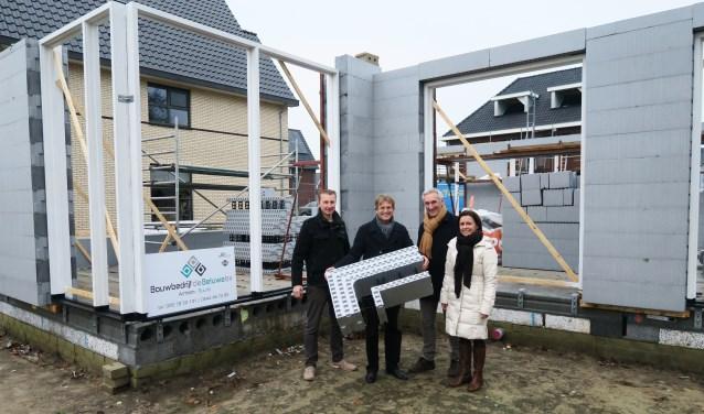 Van links naar rechts: aannemer Rob Luttikholt, architect Herman van der Heijden en de nieuwe bewoners Doné Nienhuis en partner Gerbina. Foto: Theo Huijskes