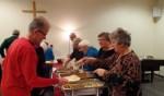 Vrijwilligers verzorgden steevast voor een warme maaltijd tijdens de Gemeentecafas. Foto: Jan Hendriksen.