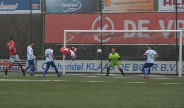 Sjoerd te Boekhorst (18) kopt binnen twee minuten de 0-1 voorsprong voor AZSV in de touwen. Foto: Andre Wamelink