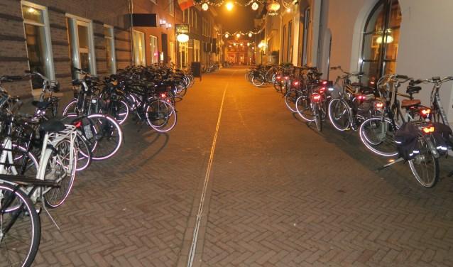 Fietsen in de Kevelderstraat van belangstellenden voor de voorverkoop van CV De Knunnekes. Foto: Theo Huijskes