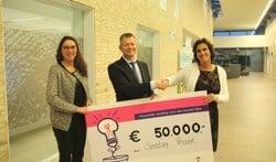 Wethouder Antoon Peppelman overhandigt de cheque van het Innovatiefonds aan Nelly de Vries (rechts) en Hilde Colenbrander. Foto: PR