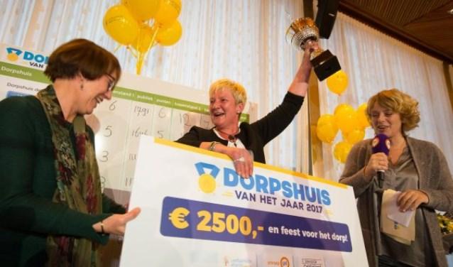 De cheque, die zal worden besteed aan een winterfair voor het hele dorp. Foto: PR
