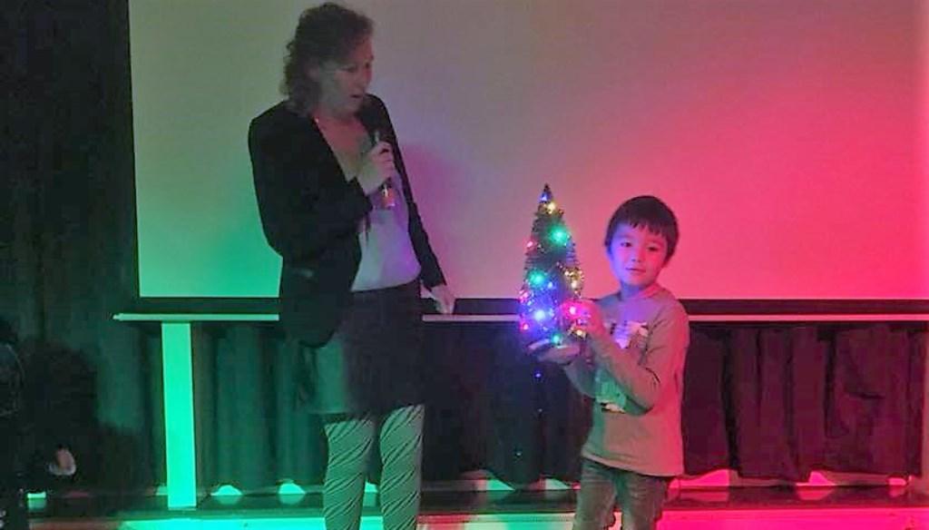 Steven ziet zijn wens in vervulling gaan. Hij krijgt van Marit Ranzijn zijn eigen kerstboom. Foto: PR