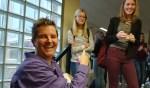 Xandra Storm deelt paarse armbandjes uit aan haar leerlingen. Foto: Eva Schipper