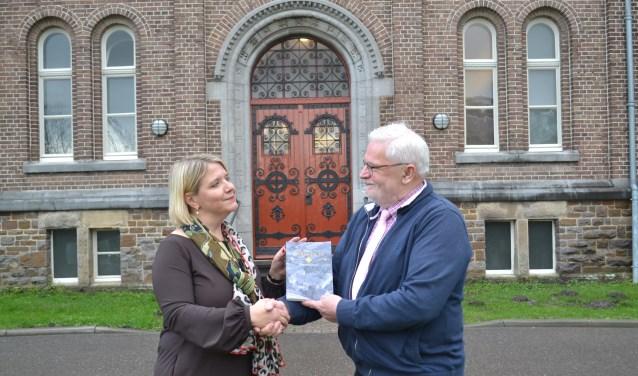Tanja Loeff neemt het eerste exemplaar in ontvangst uit handen van Frans Schaars. Foto: Joke Burink