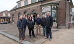 Leden van de nieuwe stichting Mien Darp Hengelo voor het oude gemeentehuis. Meest rechts voorzitter Tonnie Bergervoet. Foto: Luuk Stam