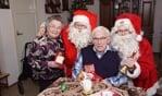 Twee kerstmannen kwamen op bezoek bij de thuiszorgcliënten van Careaz. Foto: Frank Vinkenvleugel