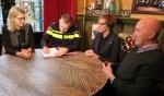Onder het toeziend oog van Sandra Wiarda, Annette Bronsvoort en Tonnie Peters ondertekent Peter Cnossen het nieuwe convenant. Foto: Theo Huijskes