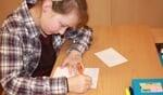 Leerlingen van de Tormijnschool schreven kerstkaarten. Foto: Sonja Grooters