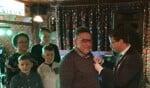 Burgemeester Van Oostrum spelt Freek Heijdeman de koninklijke onderscheiding op. Foto: Rob Weeber