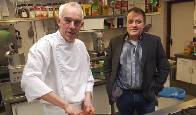 Chef-kok Stef Rouwhorst (links) en Robert Venderbosch in de keuken van De Radstake. Foto Kyra Broshuis