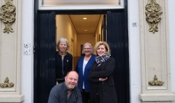 Janette Eyck, Boudewijn Wolbert, Joke Rottier en Jacqueline Dieks zijn vanaf begin volgend jaar samen actief vanuit 't Spalhuus in de Hengelose Spalstraat. Foto: Luuk Stam