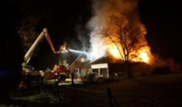 Uitslaande brand in rietgedekt pand Neede