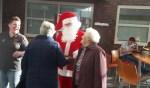Alle gasten en vrijwilligers van de Zonnebloem Ruurlo werden door de Kerstman ontvangen. Foto: PR.
