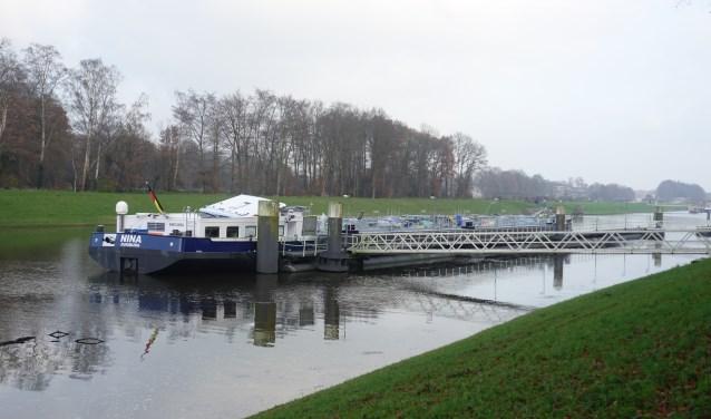 Het schip heeft zelfstandig aangelegd bij de sluis in Eefde.Foto: GinoPress B.V.