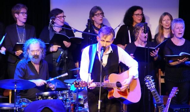 Ernest Beuving bezorgde met zijn band en met het koor Vision zijn publiek 'een mooien aovend'. Foto: Frank Vinkenvleugel