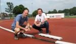 Wethouder Gerard Nijland (rechts) en AVA-voorzitter Rudi Meinen inspecteerden in juni de afgekeurde baan. Foto: Archief Aaltens Nieuws/ Bart Kraan