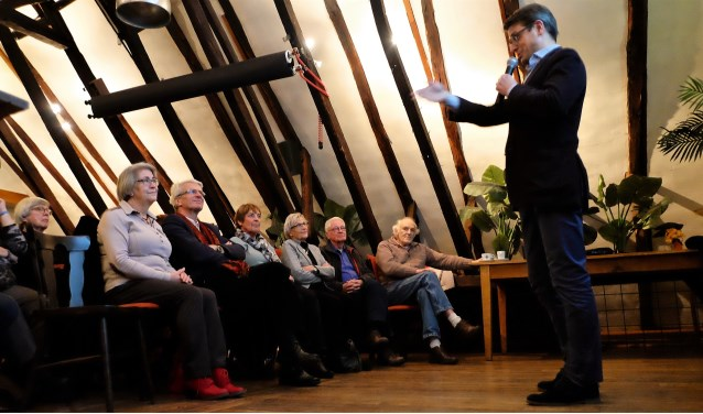 Rob Driessen tijdens zijn lezing bij het Achterhoeks Kunstcafé. Foto: Bart Willemsen