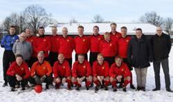 Het VV Ruurlo 1 elftal uit het seizoen 1996-1997 dat vorig jaar in de sneeuw aantrad tijdens de Nieuwjaarswedstrijd. Foto: PR.