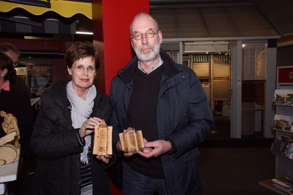 Helma en Arent Noordink met een de bijdrage uit Oeganda. Foto: Frank Vinkenvleugel  © Achterhoek Nieuws b.v.