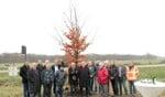 Wethouders en medewerkers van de gemeenten Aalten, Bronckhorst en Oude IJsselstreek en leden van de Lionsclub Wisch de Hamalandse Marken bij de zojuist geplante honderdste boom. Foto: PR